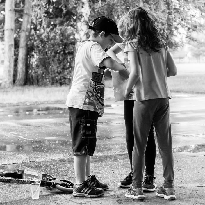 Chlapec, dievčatá, žiaci, trojkolka, pred školou, ZŠ Zlatovce, Trenčín