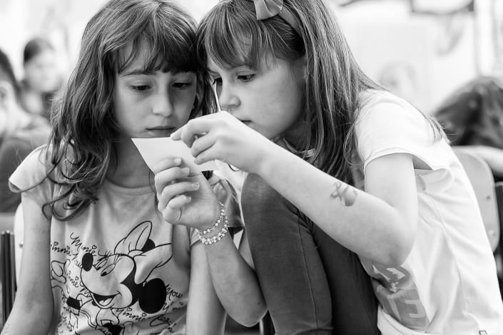 Dievčatá čítajúce pokyny, ZŠ Zlatovce, Trenčín