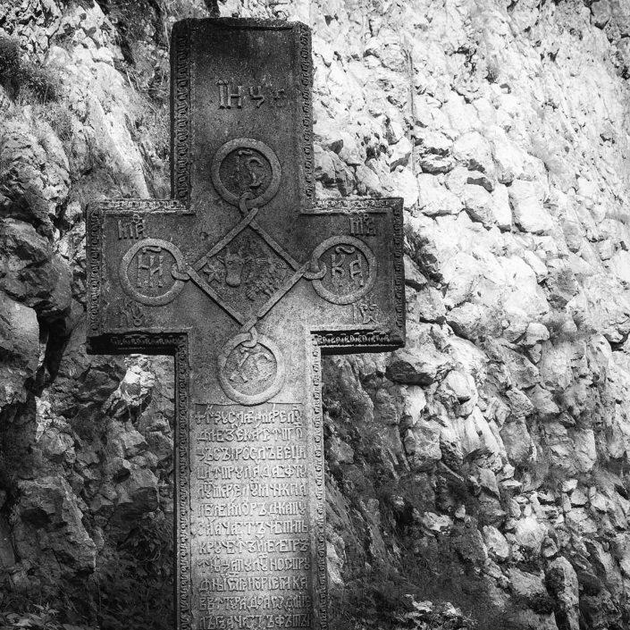 Kríž v hradnej záhrade - Tajomstvá hradu Bran, Rumunsko
